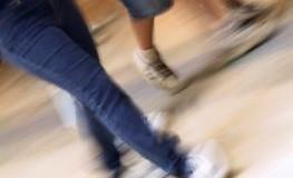 Drei Leute laufen durch ein Einkaufszentrum