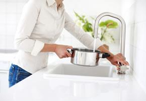 Wasser in den Kochtopf füllen