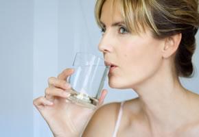 Ein Glas Heilwasser nach dem Aufstehen trinken