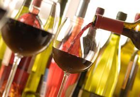 Weinprobe, ein Glas Rotwein