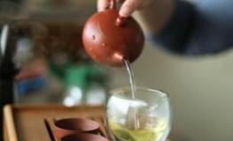 Weißer Tee wird mit heißem Wasser aufgegoßen