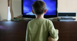 Eltern sollten darauf achten, was sich ihre Kinder im Fernseher anschauen.