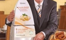 Werner Dutz mit seiner Erfindung - der Butterspender