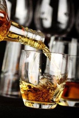 Whiskey in ein Glas einschenken