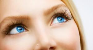 Wimpern werden mit Wimpernzange oder Rolle in Form gebracht.
