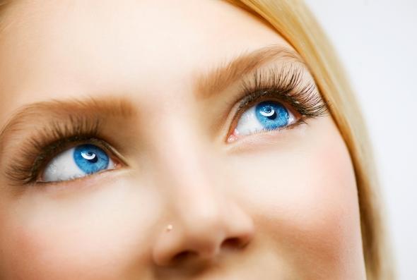 Wimpernwelle: Wimpern werden mit Wimpernzange und -Rolle in Form gebracht.