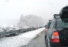 Winterchaos: Stau auf der Autobahn im Winter