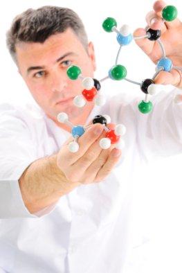 Wissenschaftler mit einem Molekular-Struktur-Model