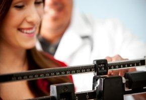 Wöchentliches Wiegen beim Weight Watchers Treffen