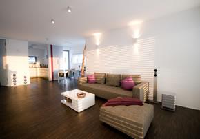Einrichtung von einem Wohnzimmer mit indirekter Beleuchtung