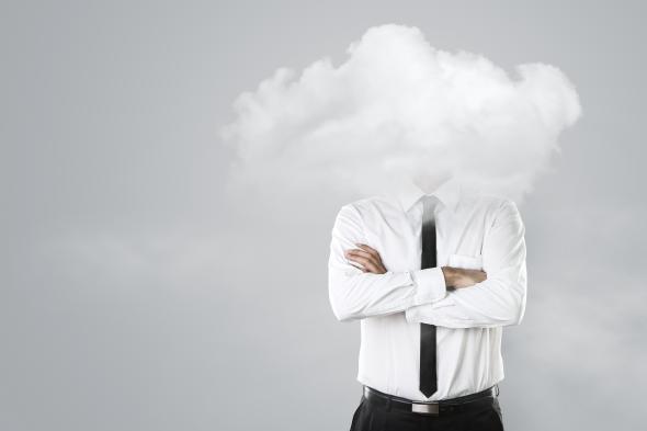 Ein Mann steckt seinen Kopf in eine Wolke.