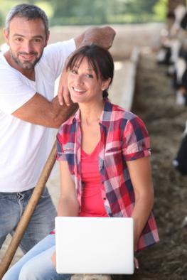 Bauer und Praktikantin bei der Arbeit