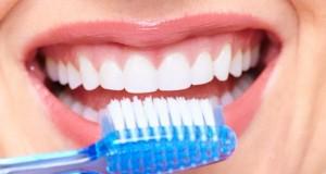 Zahnpflege mit einer Zahnbürste.