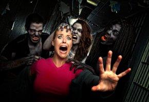 Zombiealarm - Zombies greifen eine Frau an