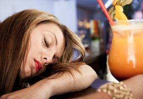 Betrunken: Zu viel Alkohol macht müde