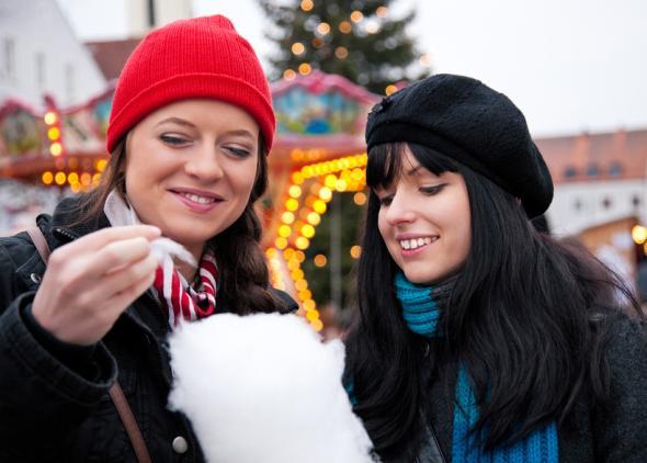 Kalorienfalle Zuckerwatte auf dem Weihnachtsmarkt.