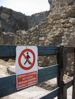 Zutritt verboten - Große Teile der antiken Anlagen in Pompeji können von Besuchern wegen Einsturzgefahr nicht betreten werden.